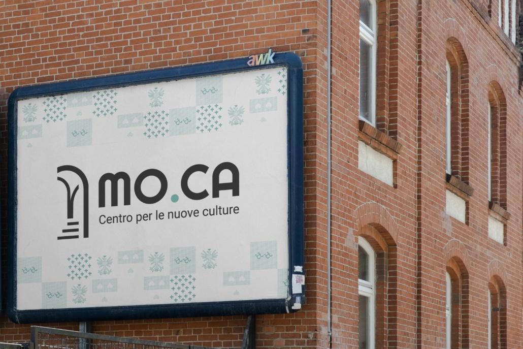 mockup del logo su un poster in contesto urbano con finestre archi e mattoncini rossi
